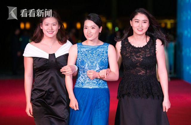 叶诗文(左)和罗雪娟(中)