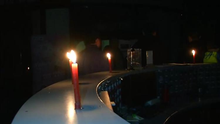 视频|有2000多会员的健身会所突然停业 众人无奈点蜡烛维权