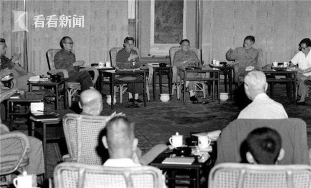 1977年8月4日早晨,邓小平在人民大会堂,主持召开了科学和教育工作座谈会。就是在这次会议上,邓小平果断决策,恢复中断10年的高考制度