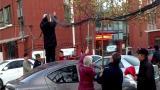 视频|白发老人寒风中自发托举线缆 为过往车辆撑出暧心路