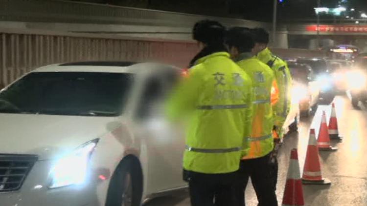 视频|为方便代驾下班回家 醉酒律师自己开完最后一段路不料被抓