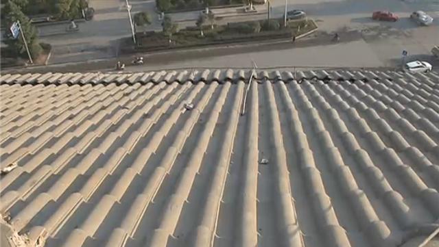 视频|男子欠下巨款爬上11楼斜坡屋顶轻生 数名民警无安全措施奋力救人