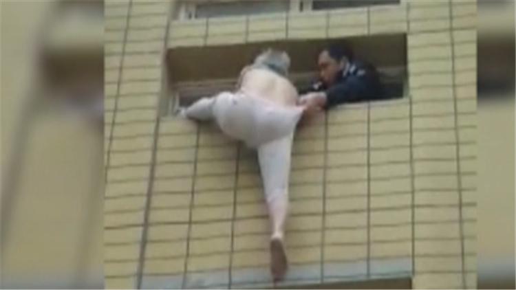 视频|82岁老人大冬天赤膊上身悬空挂在4楼窗户 幸遇民警和好邻居协力援救
