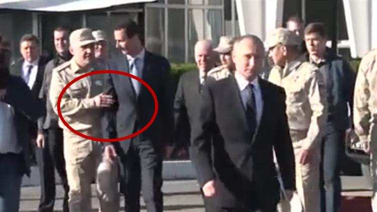 阿萨德陪到访的普京去叙空军基地 却被俄军官拦住