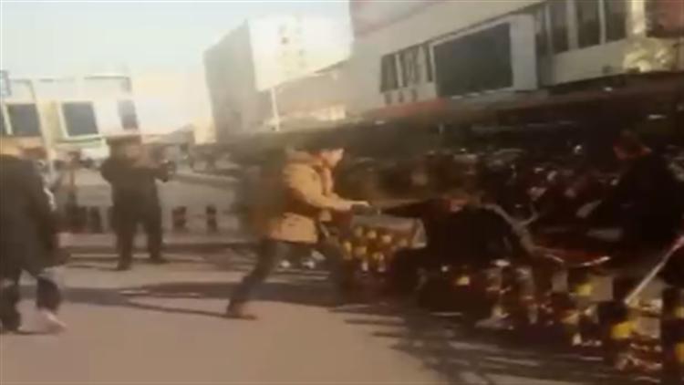 视频 只因老人下车慢了点 越野车司机拳脚相加还开车撞人后逃逸