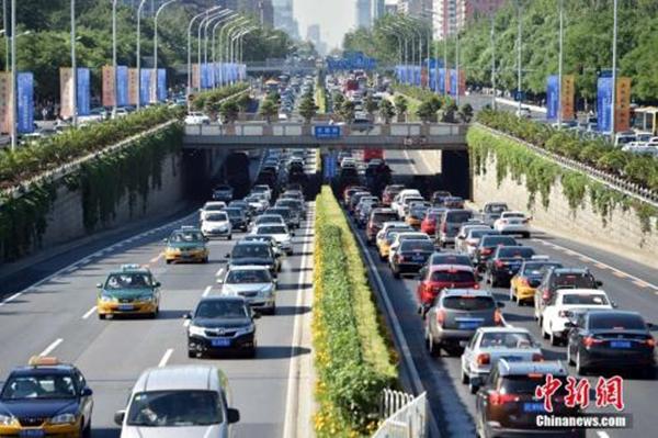 """资料图:北京城区路网开启""""拥堵模式""""。中新网记者 金硕 摄"""