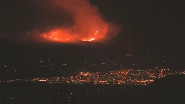 美国南加州巨大山火照亮夜空 城市灯光黯然失色