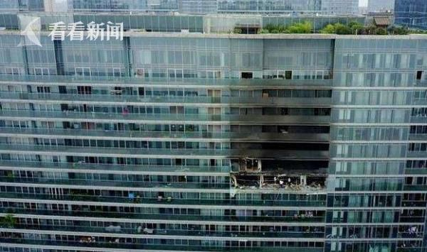 被大火吞噬后的楼房,触目惊心