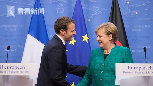 当地时间2017年12月15日,法国总统马克龙与德国总理默克尔在欧盟领导人峰会上。