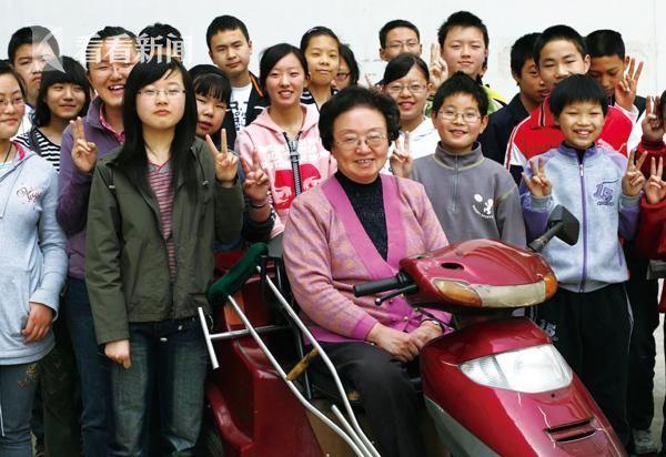 黄吉人与残疾人子女在一起
