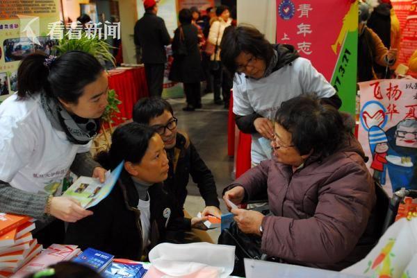 黄吉人(右1)与志愿者同行们交流