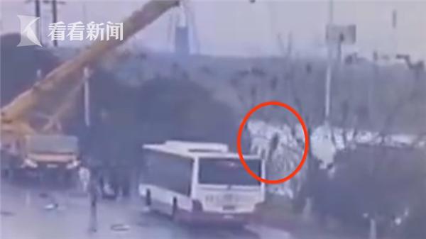 视频|公交被逆行司机别入河中视频车辆神操吊车丝萝莉白图片