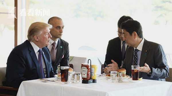 2017年11月特朗普访日期间,安倍晋三就请他吃了汉堡包当午餐