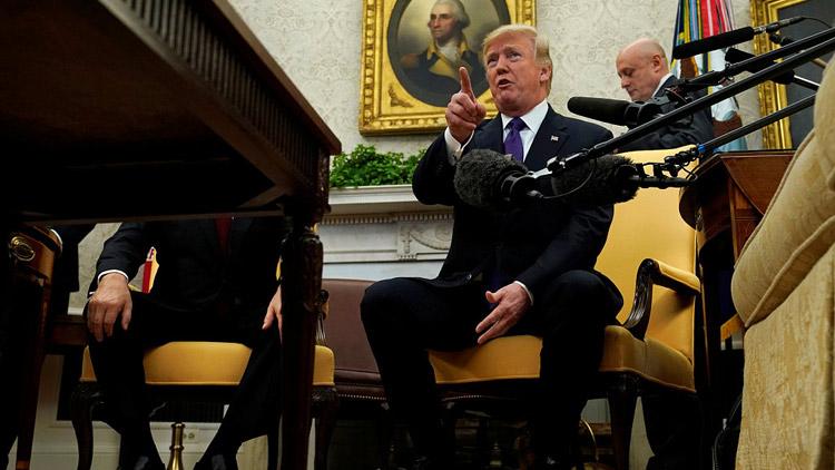 """记者提问踩""""雷区"""" 特朗普怒气冲天大喊:滚"""