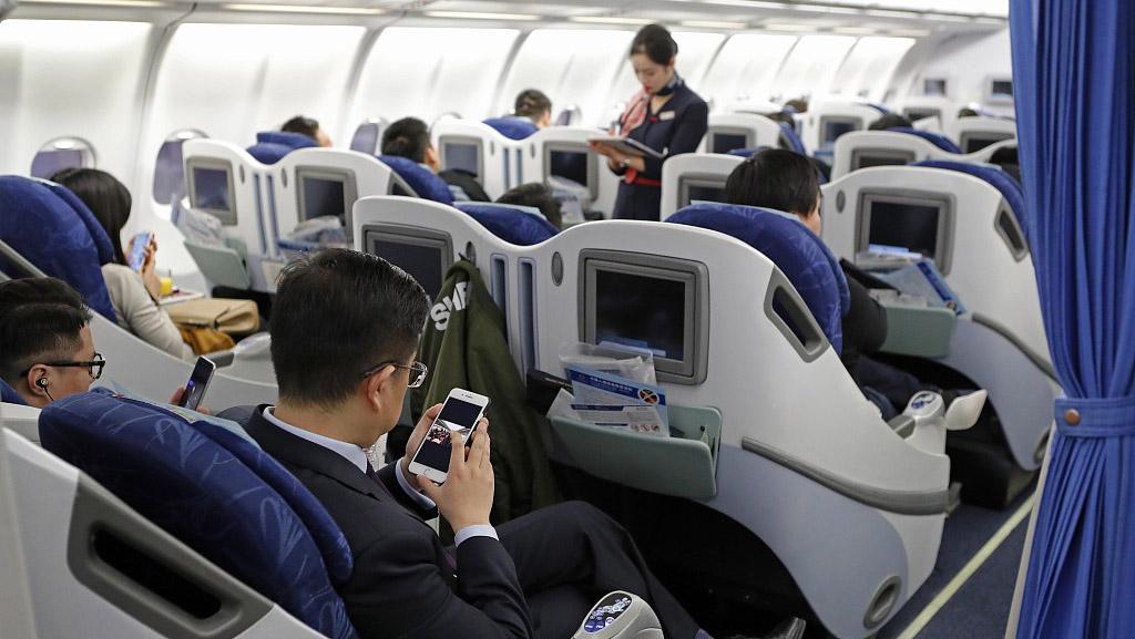 """""""空中手机开机""""解禁 为何不能飞机上打电话?"""