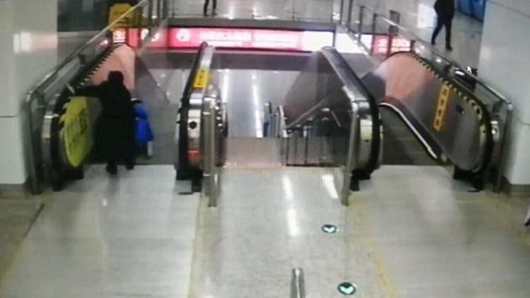 暖心!地铁女员工飞身一扑 逆行扶梯前救回幼童