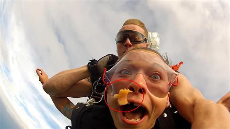 尴尬!跳伞女孩兴奋大叫 假牙飞出嘴巴砸中教练