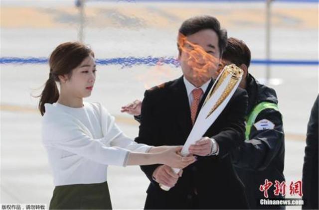 韩国总理李洛渊(右)、平昌冬奥宣传大使金妍儿(左)手持圣火。