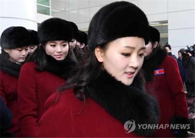 2月7日上午,朝鲜体育相金日国等朝鲜奥委会人员、拉拉队、跆拳道示范团及记者团一行由西海岸陆路抵达位于京畿道坡州的南北出入境事务所。(图片来源:韩联社)