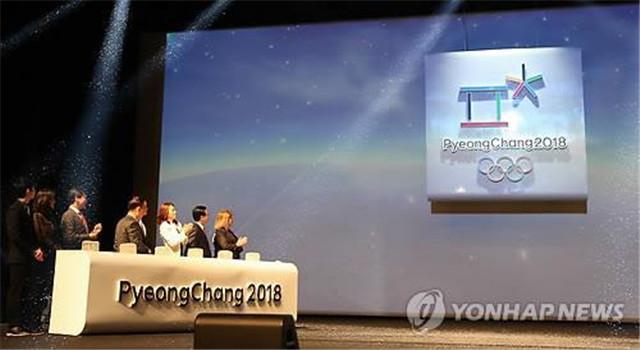 """会徽将""""平昌""""的韩文首字母加以形象化,融合了冰雪、天地人等多个因素。(图片来源:韩联社)"""