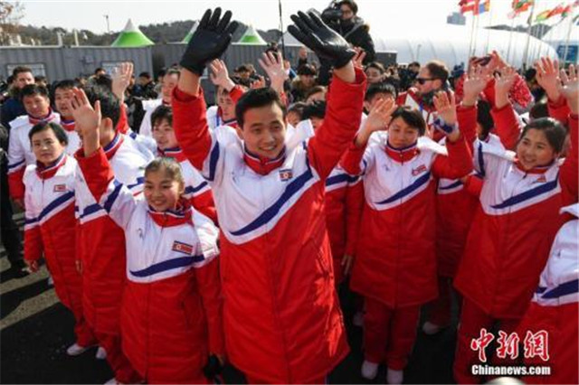2月8日,朝鲜冬奥代表团在韩国江陵奥运村举行升旗仪式。