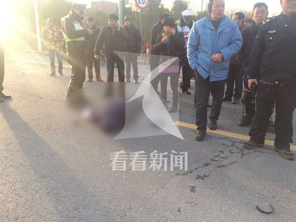 该三轮电瓶车者姓名:顾惠根,年龄73岁,死者遗体已经运回家里宣克炅_20180211_092815.jpg
