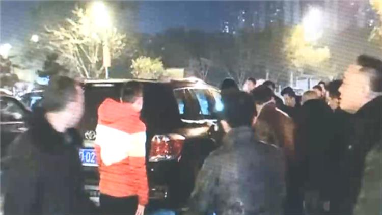 老夫妻吃完团年饭后被车撞飞 众人合力抬车救助