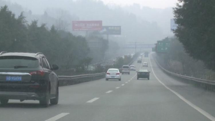 新春出行也路怒 私家车与出租车高速路开斗气车
