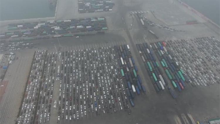 海口遭遇十年不遇大雾天 万车滞留港口一动不动
