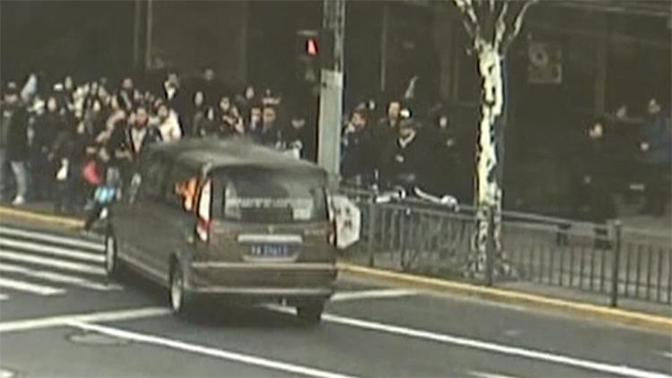 面包车起火撞人监控曝光:路人抱团灭火赢得时间