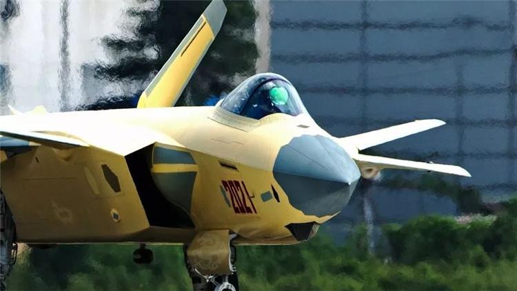 中国歼-20列装守岁 美国F-35为何悄然撤退?
