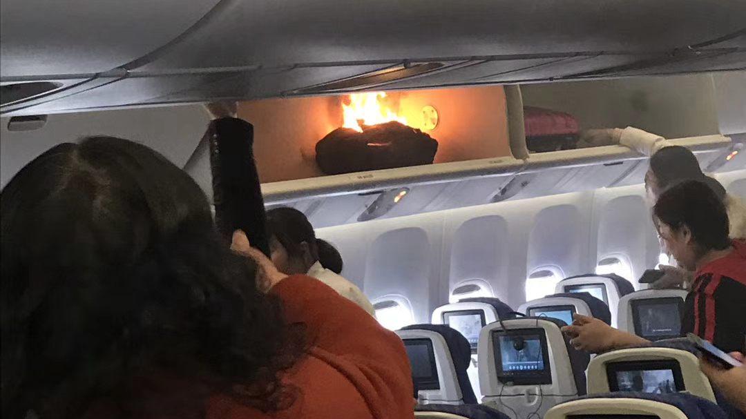 南航航班行李架起火 系旅客所携充电宝冒烟着火