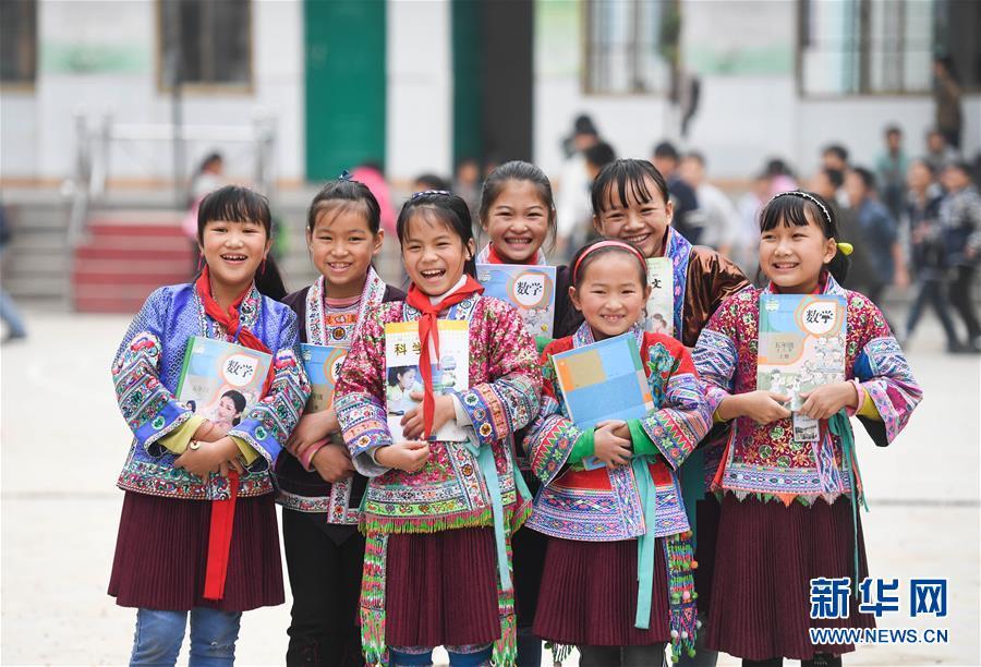 这是广西融水苗族自治县白云乡中心校红瑶女童班的各族女童(2017年11月29日摄)