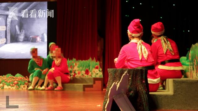 服刑人员和干警一起表演舞台剧《新编白雪公主》