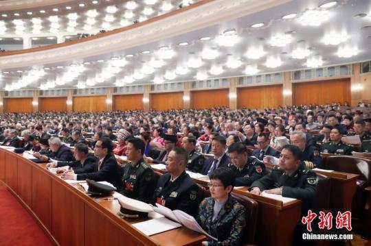 3月10日,全国政协十三届一次会议在北京人民大会堂举行第三次全体会议。14位委员围绕政治社会文化建设统战政协工作等作大会发言。中新社记者 盛佳鹏 摄