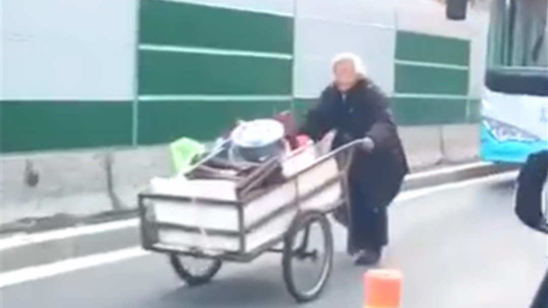 公交司机机动车道上礼让老人:在车队里很普遍