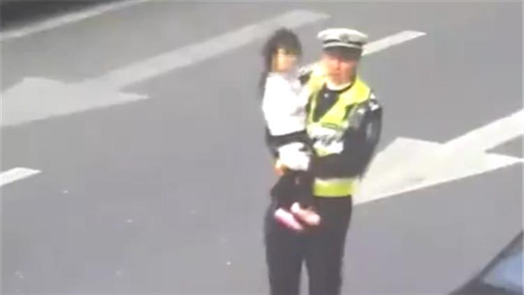 滚滚车流中女孩迷失方向 交警给她最温暖的怀抱