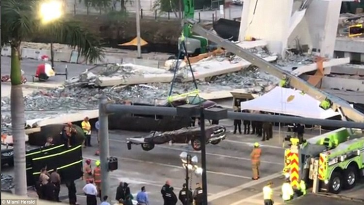 美国天桥垮台现场找到3具尸体 轿车被压成平板车
