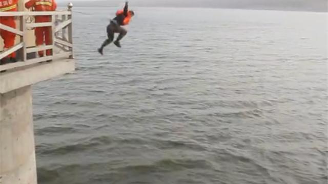 消防员为救人跳下10米水塔:超冷但没想那么多