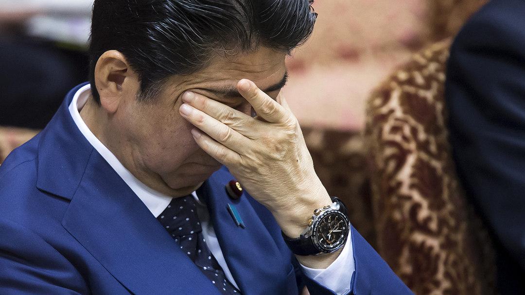 安倍支持率急跌 近半数日本人希望首相立刻下台