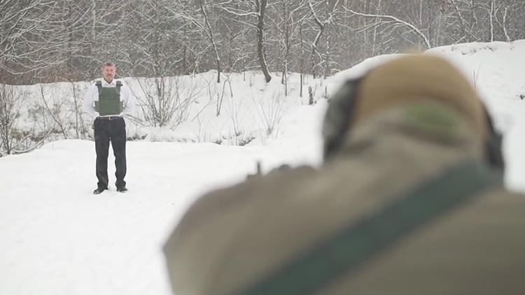 老板为宣传自家防弹衣 竟叫员工用突击步枪射他
