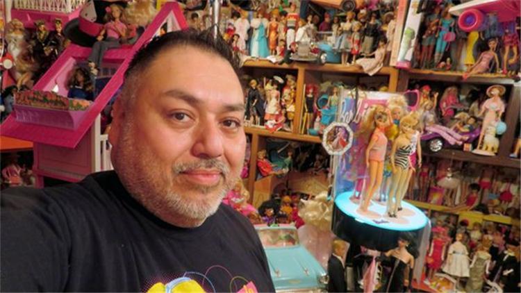 45岁山姆大叔爱芭比!花20年收藏了一屋子娃娃