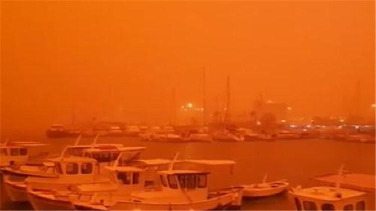 """碧海蓝天变""""火星"""" 希腊海岛被撒哈拉沙尘吞噬"""