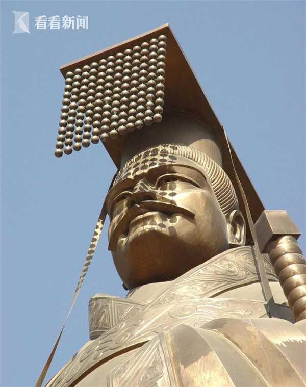 """重6吨""""世界第一""""秦始皇铜像被狂风吹倒(图)"""