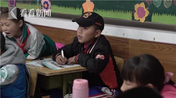 爱心棒球队的孩子们上午上学,下午训练。他们分布在各个年级,有的成绩还不错。