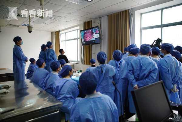 学员们在解剖课上