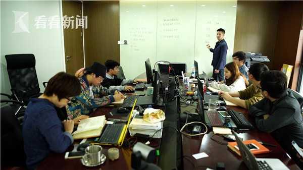 黄剑钊和团队讨论工作