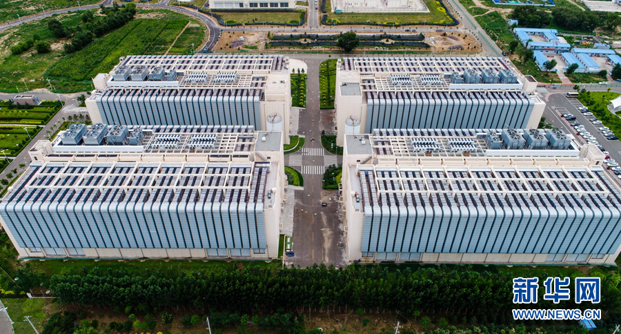 这是位于呼和浩特市和林格尔县境内的中国电信云计算内蒙古信息园(2017年7月27日无人机拍摄)。中国电信云计算内蒙古信息园具有120万台服务器以上的云计算服务能力,百度、阿里、腾讯、搜狗等众多企业入驻。新华社记者 连振 摄