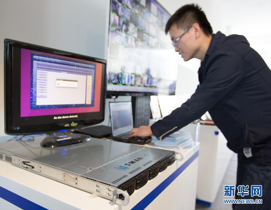 在北京智能计算产业研究院举行的发布会上,工作人员在现场演示高通量人工智能一体机的实际应用(2017年12月6日摄)。新华社记者 金立旺 摄