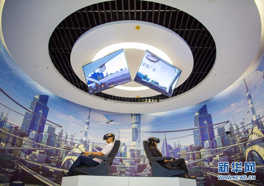 市民在内蒙古呼和浩特玉泉区大数据应用产业基地体验VR眼镜(2017年8月1日摄)。新华社发(丁根厚 摄)